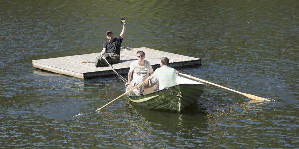 Bilder från när båtklubbsmedlemmar hjälps åt att lägga i bryggan!