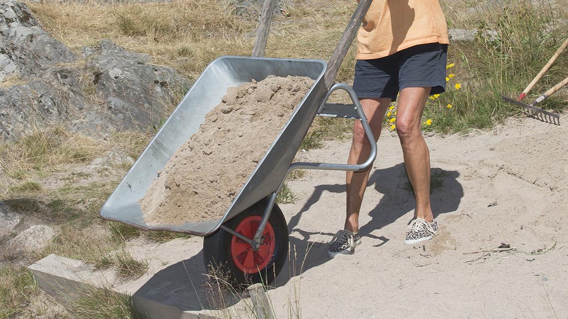 Nytt försök att få ner sand till badet!
