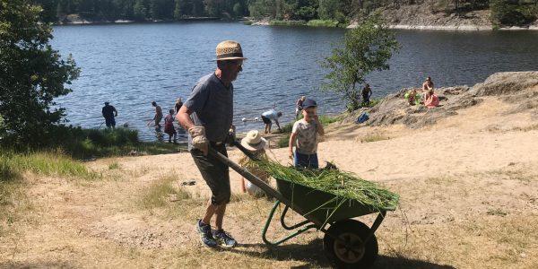 Bilder när kolonister hjälptes åt att fixa badplatsen 17 juni 2018